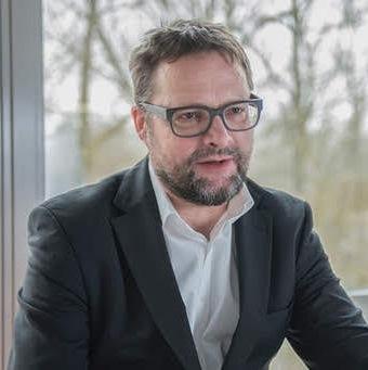 Image of the author taken from https://www.saw-leipzig.de/de/aktuelles/denkstroeme/personenportrait_juergen_lang.jpg