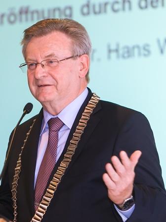 Image of the author taken from https://www.saw-leipzig.de/de/aktuelles/denkstroeme/wiesmeth_hans_foto_swen_reichhold_2016-04-08_2.jpg