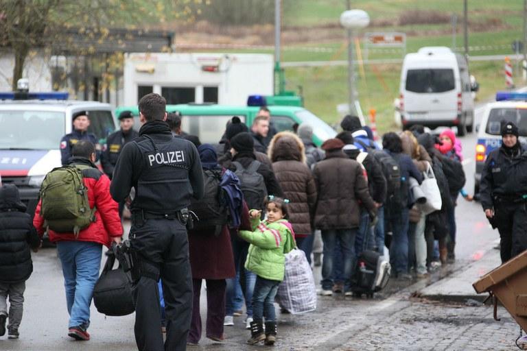 Flüchtlinge beim Grenzübergang Wegscheid Oberösterreich/Deutschland.  Foto: Metropolico.org (CC BY 4.0)