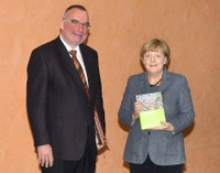 Übergabe des neuen Leipzig-Bandes an Angela Merkel