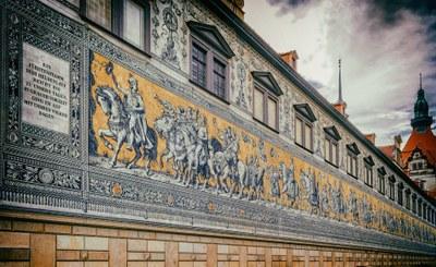 Fürstenzug auf der Außenwand des Stallhofs in der Augustusstraße in Dresden